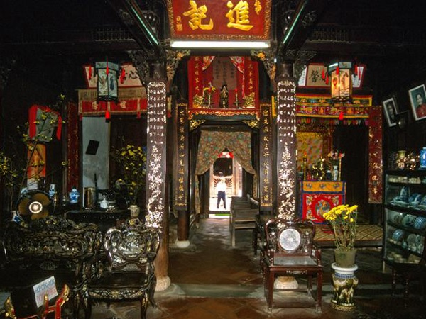 Strolling around ancient towns on tour Vietnam
